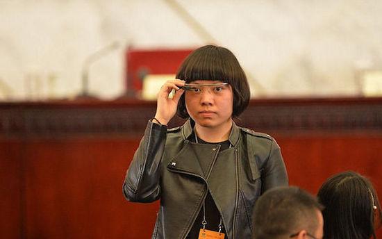 中国记者佩戴Google Glass报道两会